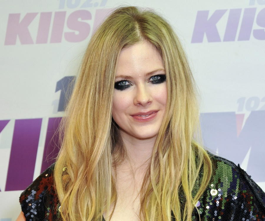 Avril Lavigne Biography - Childhood, Life Achievements ... Avril Lavigne