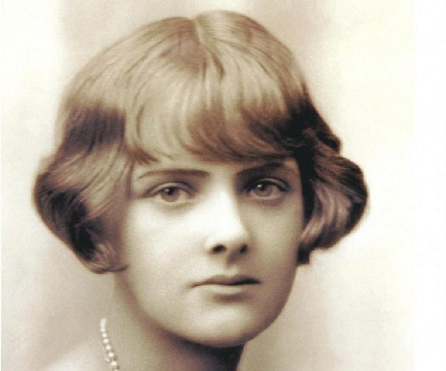 a literary analysis of rebecca by daphne du maurier Daphne du maurier was a writer of great complexity which was made evident in her many works, but ever more in rebecca this is not a typical love story, however, you will be taken through a roller coaster ride of emotion.