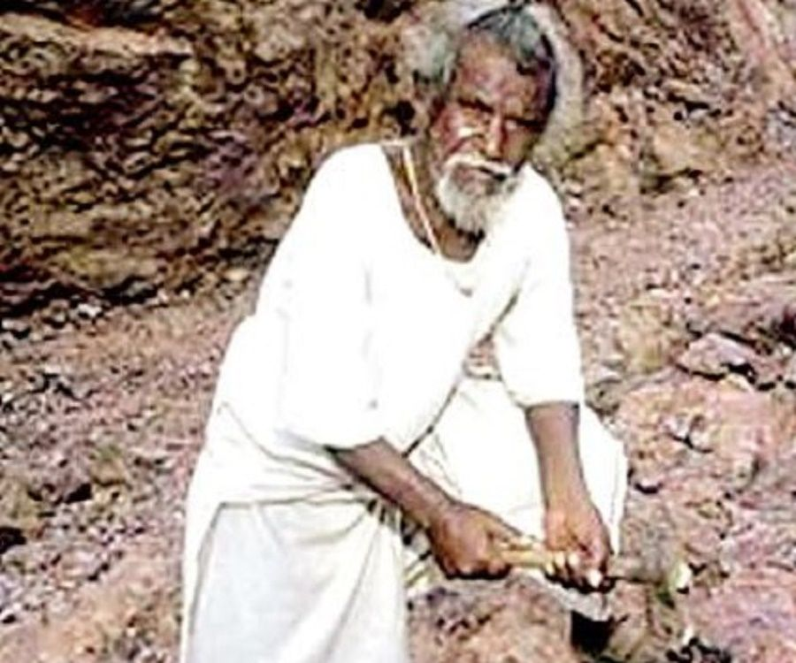 (MANJHI THE MOUNTAIN ) (Has done something for your wife who remembered the whole of India)
