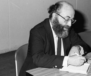 the modern and traditional jews depicted in the chosen by chaim potok Complete summary of chaim potok's the chosen enotes plot summaries cover the chosen summary chaim potok he wears modern clothing and is described as.